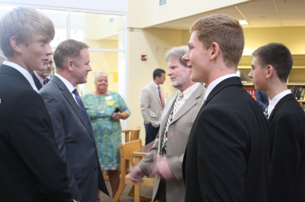 U.S.+Congressman+Warren+Davidson+visits+JEE+Foods+student%0A+entrepreneurs+to+congratulate+them+on+their+recent+success.+Photo+courtesy+of+Brayden+Ploehs%2C+Rossonian+Yearbook+Photo+Editor.++