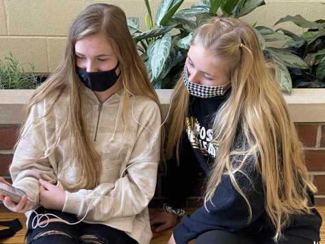 Juniors Lily Dennis and Hope Davis compare their favorite worship songs.